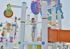Il ragazzo è si diverte in Aqua Park fotografia stock