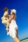 Il ragazzo è sulle mani della sua madre Immagini Stock