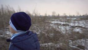Il ragazzo è vicino all'azienda agricola rovinata video d archivio