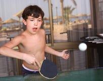 Il ragazzo adolescente del bambino gioca a tennis il ping-pong della tavola Fotografie Stock Libere da Diritti