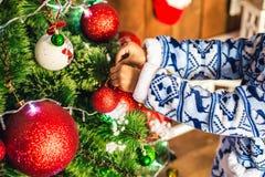 Il ragazzo afroamericano ha vestito il costume Santa Claus che decora un albero di Natale Immagine Stock Libera da Diritti