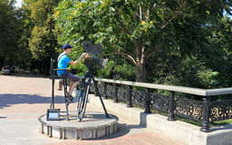 Il ragazzo al monumento alla macchina fotografica Immagine Stock