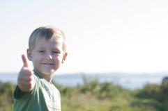 Il ragazzo allegro felice mostra il pollice su Fotografia Stock Libera da Diritti