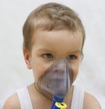 Il ragazzo ammalato fa l'inalazione. Fotografia Stock