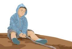 Il ragazzo annoiato che si siede sulla terra e gioca un ramo Fotografie Stock