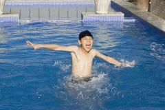 Il ragazzo asiatico sta nuotando nel raggruppamento Fotografia Stock