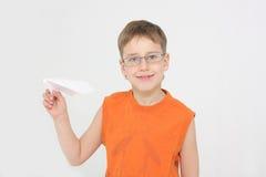 Il ragazzo avvia l'aereo di carta Fotografia Stock