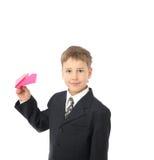 Il ragazzo avvia l'aereo di carta Fotografie Stock