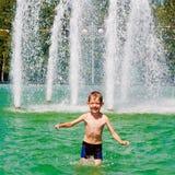 Il ragazzo bagna in una fontana Immagine Stock Libera da Diritti