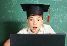 Il ragazzo bello del Preteen ha lezione online del disegno Immagini Stock