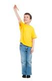 Il ragazzo in camicia gialla scrive l'indicatore Immagine Stock Libera da Diritti