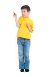 Il ragazzo in camicia gialla scrive l'indicatore Immagini Stock Libere da Diritti
