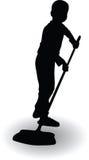 Il ragazzo che aiuta nella casa e pulisce il pavimento con una scopa Fotografia Stock