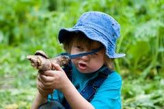 Il ragazzo che gioca con il bastone gradice con la pistola Fotografia Stock Libera da Diritti