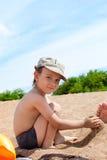 Il ragazzo che gioca sulla spiaggia Fotografia Stock Libera da Diritti