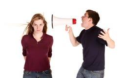 Il ragazzo che grida alla ragazza, ma alla lei non sembra preoccuparsi molto per lui fotografia stock libera da diritti
