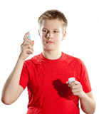 Il ragazzo che l'adolescente in una maglietta rossa con un imbottigliare passa su un fondo bianco Fotografia Stock Libera da Diritti