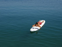 Il ragazzo che pratica il surfing e gode di in vacanza nel Croatia Immagini Stock