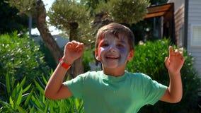 Il ragazzo che salta con il trucco nella forma di bandiera francese video d archivio