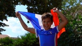 Il ragazzo che salta per la gioia con una bandiera francese in sue mani video d archivio