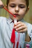 Il ragazzo che studia entusiastico chimica fotografie stock
