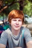 Il ragazzo con capelli ed il piccone rossi nel fronte sembra felice Fotografia Stock Libera da Diritti