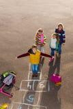 Il ragazzo con gli amici gioca a campana Fotografia Stock Libera da Diritti