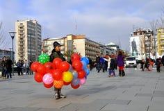 Il ragazzo con i palloni su cui le bandiere del Kosovo e dell'albanese Fotografia Stock