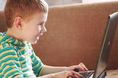 Il ragazzo con il computer portatile Immagine Stock Libera da Diritti