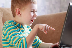 Il ragazzo con il computer portatile Immagini Stock