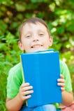 Il ragazzo con il libro in mani Fotografia Stock Libera da Diritti
