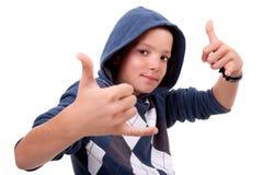 Il ragazzo con le sue mani aumenta in su come segno di tutto Immagini Stock