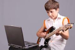 Il ragazzo con un electroguitar Fotografie Stock