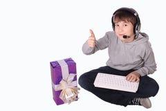 Il ragazzo con un regalo Immagini Stock Libere da Diritti