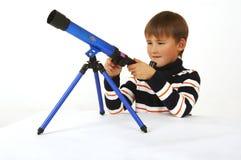 Il ragazzo con un telescopio Fotografia Stock Libera da Diritti
