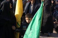 Il ragazzo con una bandiera durante la festa religiosa iraniana arbaeen Immagini Stock