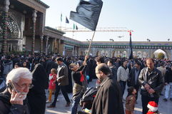 Il ragazzo con una bandiera durante la festa religiosa iraniana arbaeen Immagine Stock Libera da Diritti