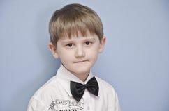 Il ragazzo con una legare-farfalla. Fotografie Stock Libere da Diritti