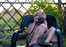 Il ragazzo con una macchina fotografica Fotografia Stock Libera da Diritti