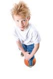 Il ragazzo con una sfera di pallacanestro Fotografia Stock