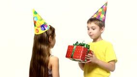 Il ragazzo dà ad una ragazza il rosso del regalo Sono entrambi dentro video d archivio