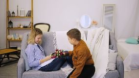 Il ragazzo dà i fiori alla ragazza archivi video