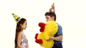 Il ragazzo dà a ragazza un regalo di compleanno nella forma archivi video
