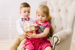 Il ragazzo dà un regalo della ragazza Fotografie Stock Libere da Diritti