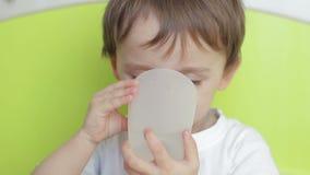 Il ragazzo del bambino beve l'acqua da un vetro archivi video