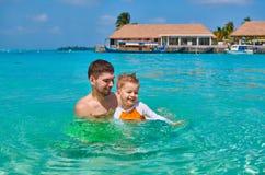 Il ragazzo del bambino impara nuotare con il padre fotografie stock
