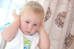 Il ragazzo del bambino sta chiudendo le sue orecchie Fotografia Stock Libera da Diritti