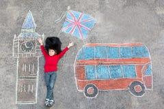 Il ragazzo del bambino in uniforme britannica del soldato con Londra segna l'immagine col gesso Fotografie Stock