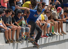 Il ragazzo del pattinatore esegue durante il concorso al festival urbano di eroi della via Fotografia Stock Libera da Diritti