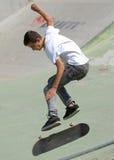 Il ragazzo del pattinatore esegue durante il concorso al festival urbano di eroi della via Immagini Stock